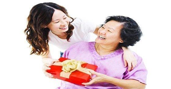 Tặng quà sinh nhật gì cho mẹ chồng, mẹ vợ vừa hữu dụng vừa ý nghĩa?