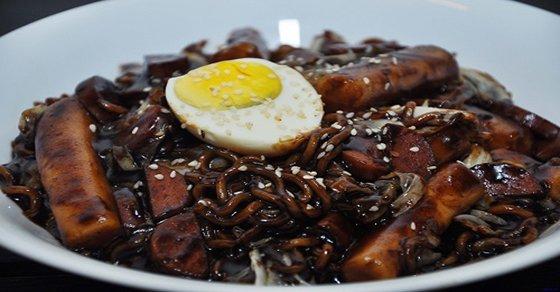 Mì tương đen - Món ăn đặc trưng của Valentine đen