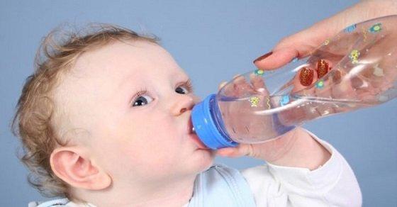 Cho bé uống nhiều nước để hạ sốt