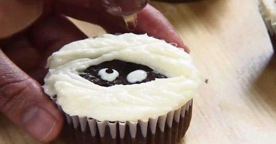 Bánh cupcake Halloween mắt quỷ