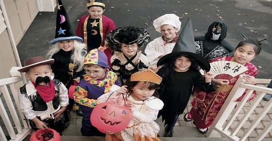 Những đứa trẻ đi đòi kẹo trong đêm halloween