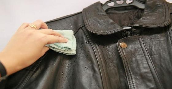 Cách giặt áo da bị mốc