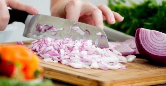 Mẹo vặt nhà bếp cắt hành tây không cay mắt