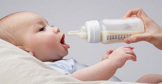 Bình giả, sữa thật là một trong những mẹo cai sữa cho bé đơn giản và hiệu quả