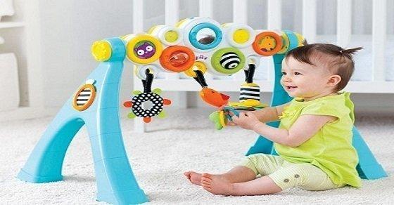 Sử dụng các loại đồ chơi nhiều màu sắc giúp bé phân tâm việc thèm ti mẹ