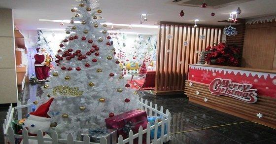 Ý tưởng trang trí văn phòng mùa Noel với các chủ đề khác nhau: ông già Noel, đền led chiếu sáng, mô hình Bắc Cực mini…