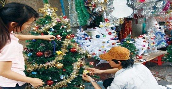 Cách trang trí cây thông Noel đơn giản với dây kim tuyến
