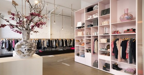 Trang trí shop quần áo nữ đẹp bằng cách bày trí độc đáo