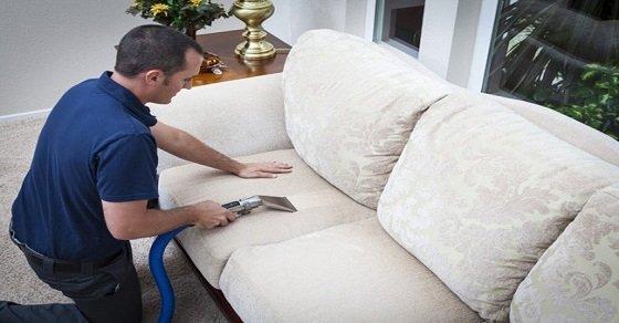 Hút bụi là một trong những việc để chuẩn bị vệ sinh sofa