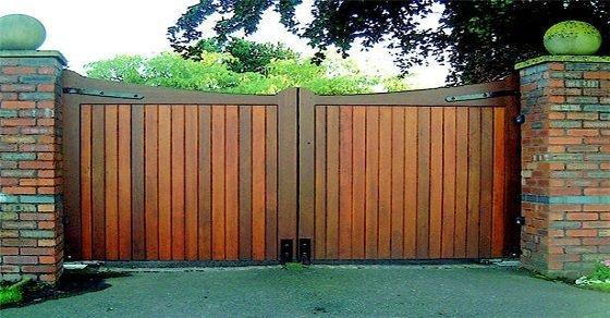Cổng gỗ đơn giản là sự lựa chọn quen thuộc của nhà cấp 4