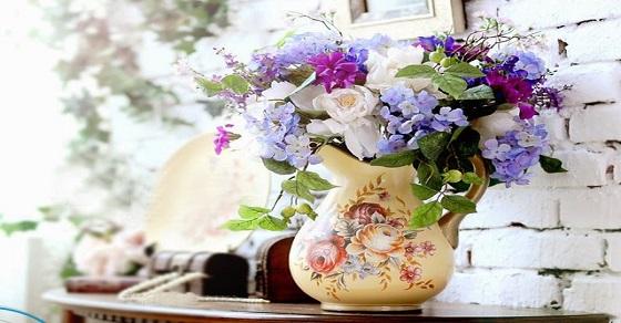 Những bông hoa tươi tắn làm sáng không gian phòng khách